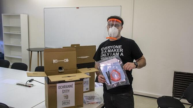 Josef Průša z Prusa Research ukazuje balení ochranných štítů