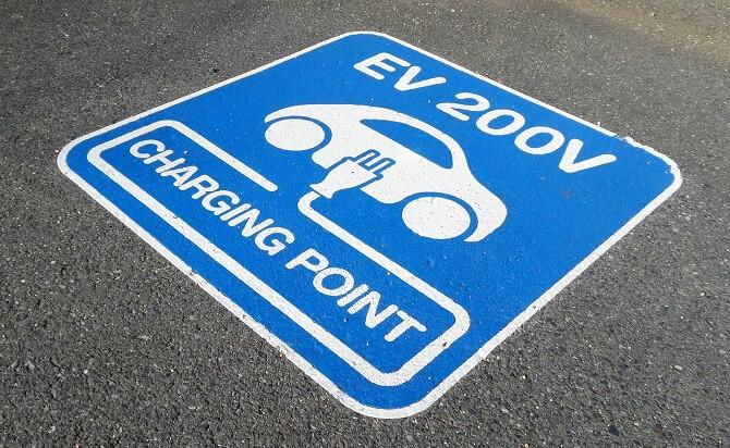 plánování cesty podle polohy nabíjecích stanic elektromobilů
