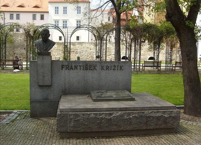 Pomník s bustou Františka Křižíka v Plzni