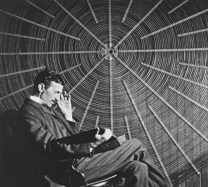 Nikola Tesla přemýšlí.