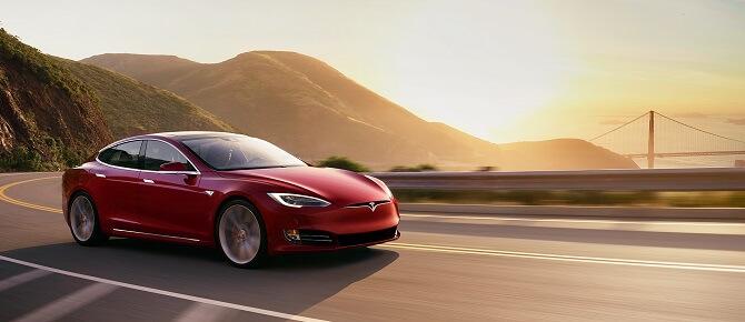 Tesla Model S při západu slunce