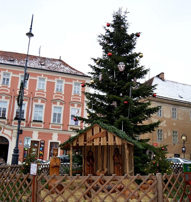 vánoční strom a dřevěný betlém ve Znojmě
