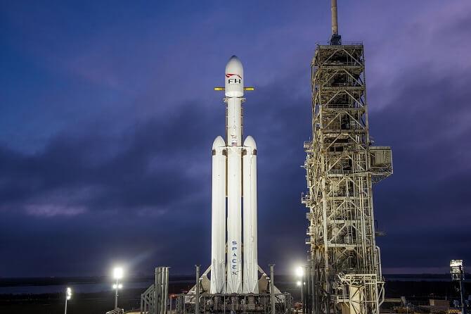 Falcon Heavy na startovací rampě na mysu Canaveral