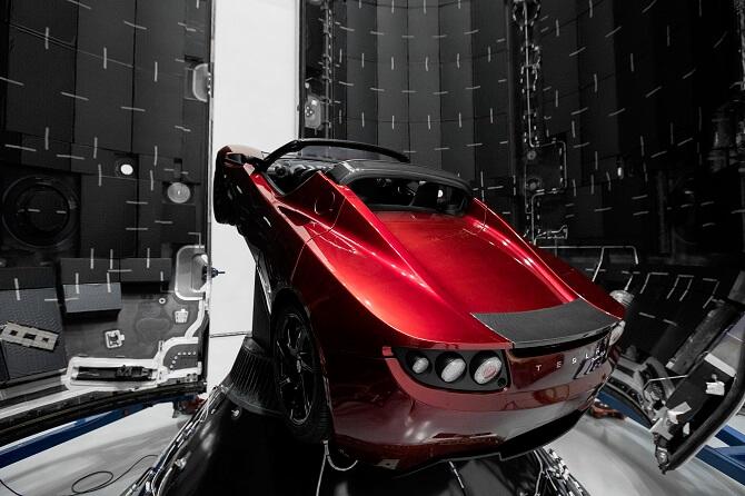 Tesla Roadster uvnitř rakety Falcon Heavy