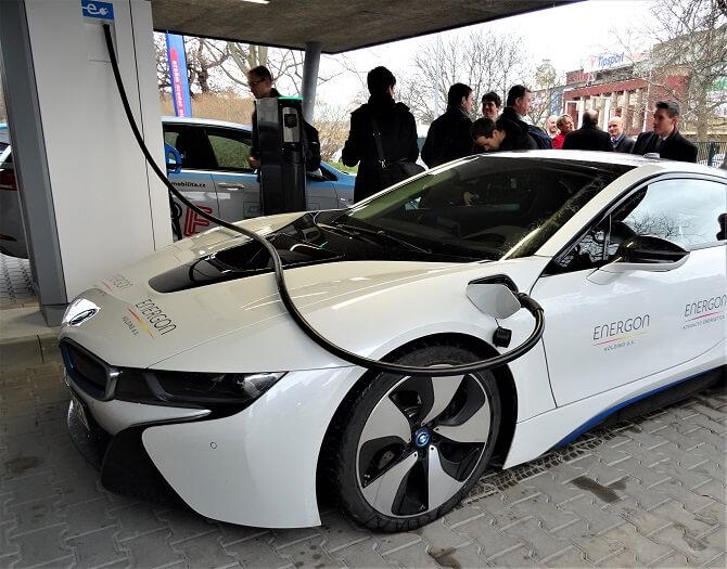 nabíjení elektromobilu u nabíjecí stanice PRE v pražských Holešovicích