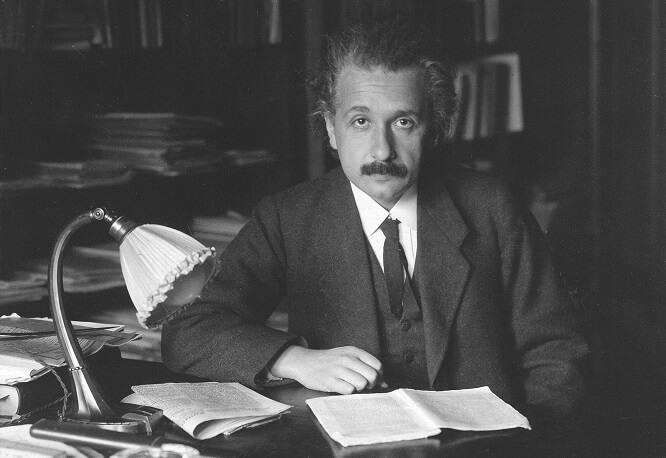 Albert Einstein za pracovním stolem