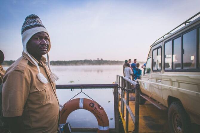 muž z Ugandy u přívozu