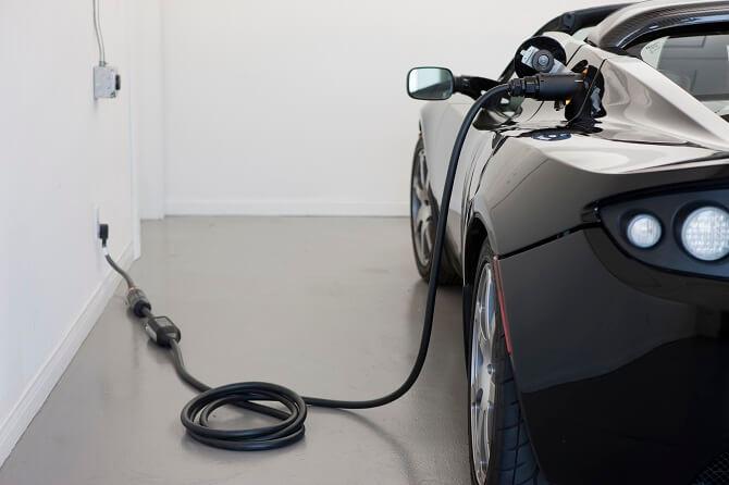 Tesla Roadster při nabíjení