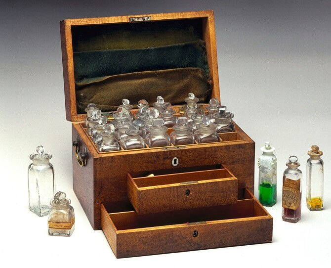kufřík Michaela Faradaye s chemickými látkami