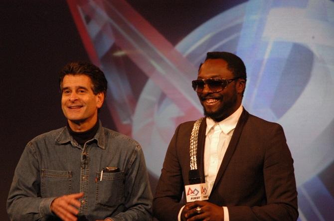 Dean Kamen a zpěvák Will.i.am při představení organizace FIRST