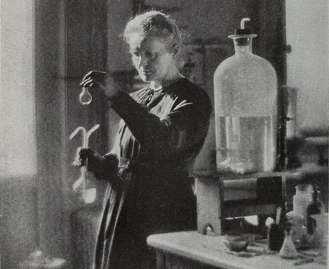 Marie Curie-Skłodowská při bádání