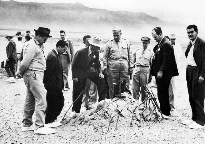 Robert Oppenheimer na místě prvního testu jaderné zbraně