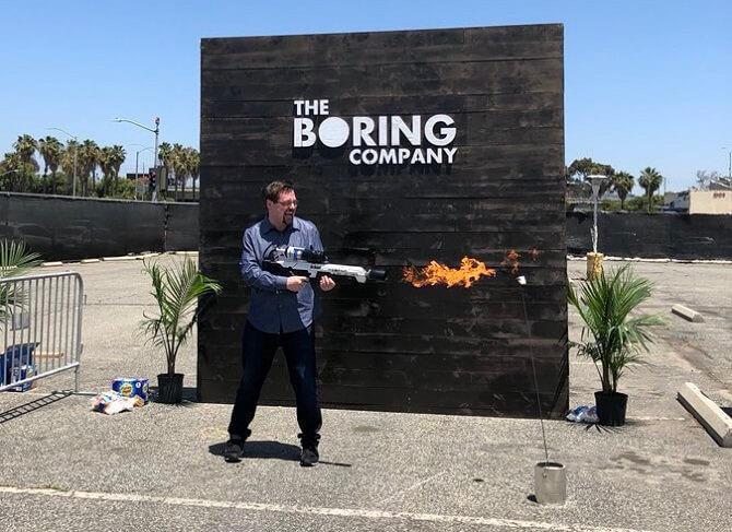 Plamenomet od Boring Company a spokojený zákazník