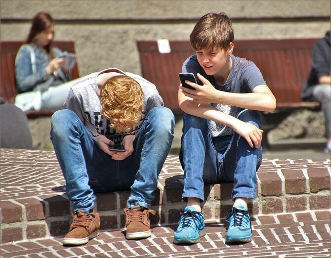 děti pohlcené mobilními telefony