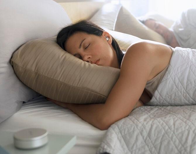 dvojice nerušeně spí díky sluchátkům Bose Sleepbuds