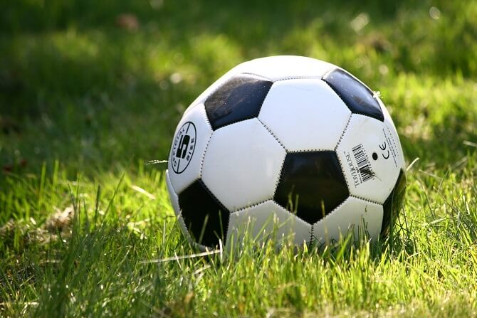 Mladý Niels Bohr rád hrál fotbal.