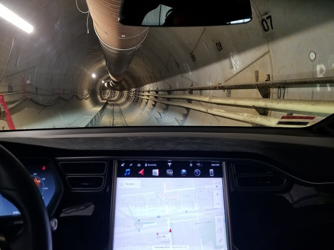 Tesla v tunelu vykopaném Boring Company