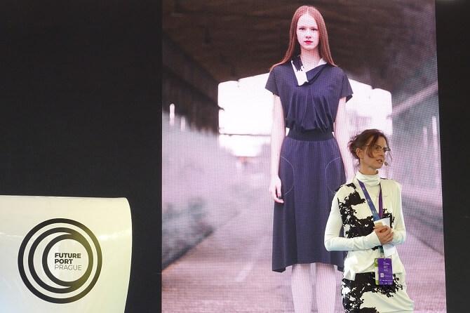 Lada Vyvialová prezentuje oblečení znanovláken na Future Port Prague 2018