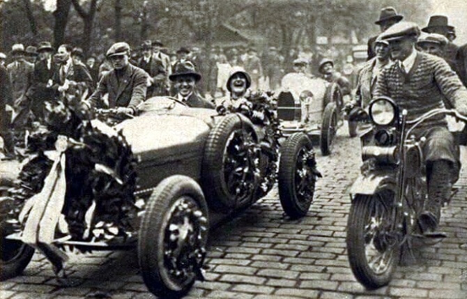 Československá závodnice Eliška Junková při ceremoniálu během závodu Targa Florio v roce 1928.