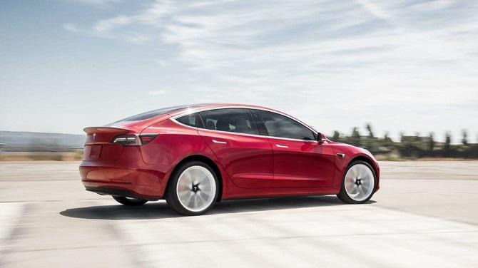 Tesla Model 3 v rudém provedení
