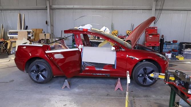 začátek přeměny Tesla Model 3 na elektrický pickup Truckla