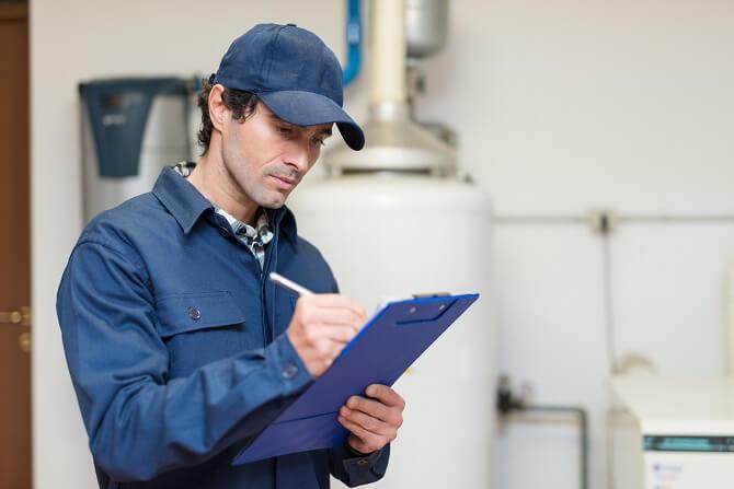 Servisní technik při kontrole plynového kotle v domácnosti