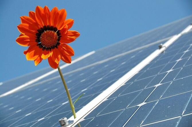 čistá sluneční elektřina ze solárních panelů