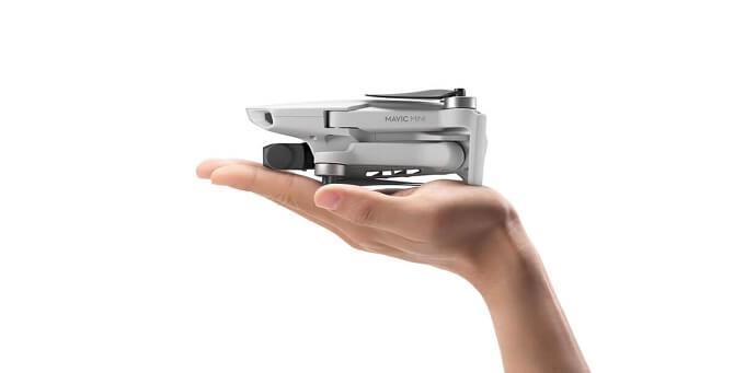 dron DJI Mavic Mini na ruce