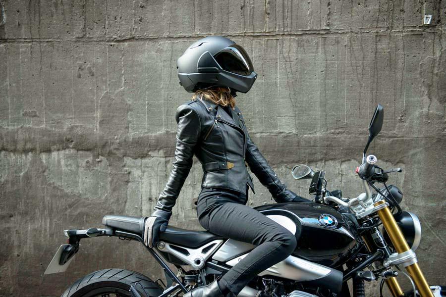 Helma CrossHelmet na hlavě krásné motorkářky.