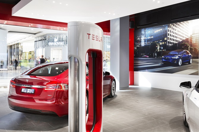 Supercharger v showroomu Tesla Motors.