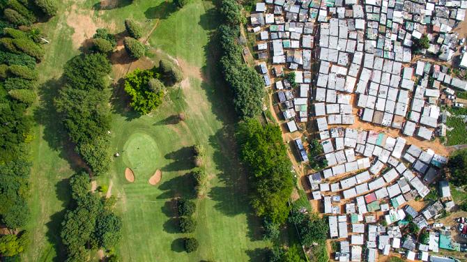 Golfové hřiště, které nese jméno Papwy Sewgoluma, jihoafrického golfisty indického původu, se nachází na dostřel od chudinské čtvrti.