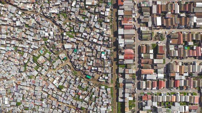 Přímo v Kapském městě děli dva různé světy často jen ulice.