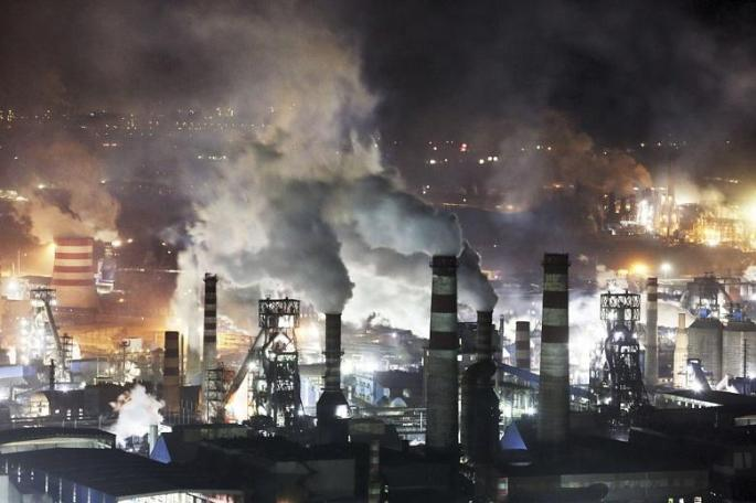 Továrna v noci
