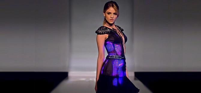 Modelka v šatech zdobených LED diodami.