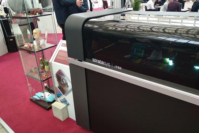 3D tiskárna: model J750, který je schopný přesné reprodukce barev
