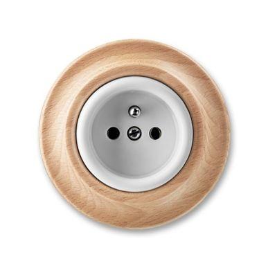 Kruhová zásuvka s dřevěným detailem.