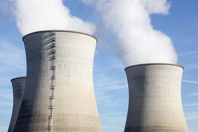 Komíny jaderné elektrárny ve Francii.