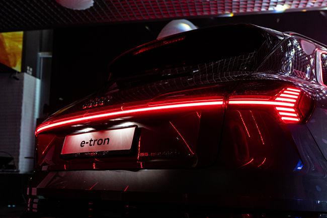 Audi e-tron dokáže přijmout výkon 175 kW z ultrarychlé nabíječky.