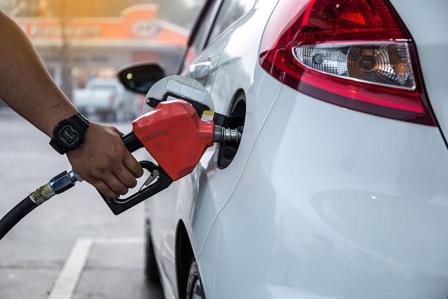 Auto na benzín teď natankujete za pár korun.