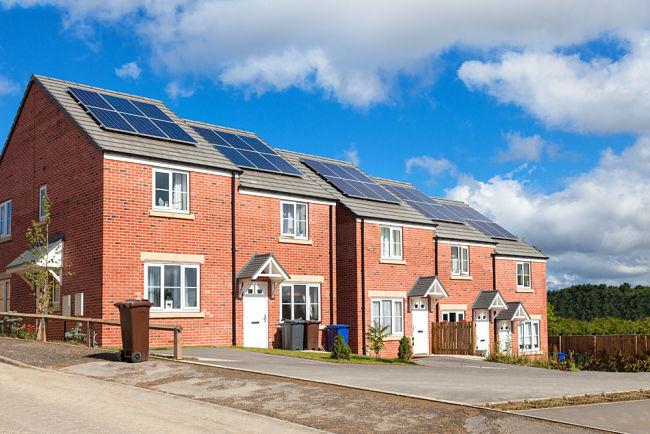 Domy se solárními panely na střeše.