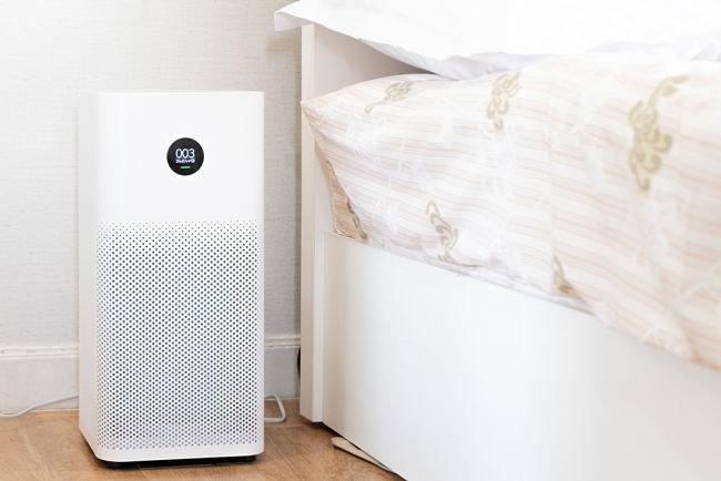 Čistička vzduchu umístěná v ložnici.