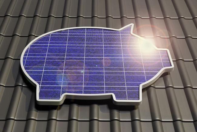 Solární panel ve tvaru pokladničky na střeše domu.
