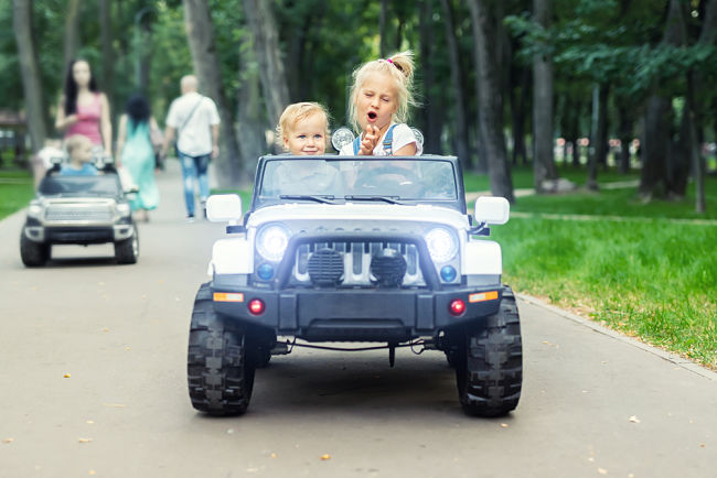 Elektrické autíčko pro dvě děti.