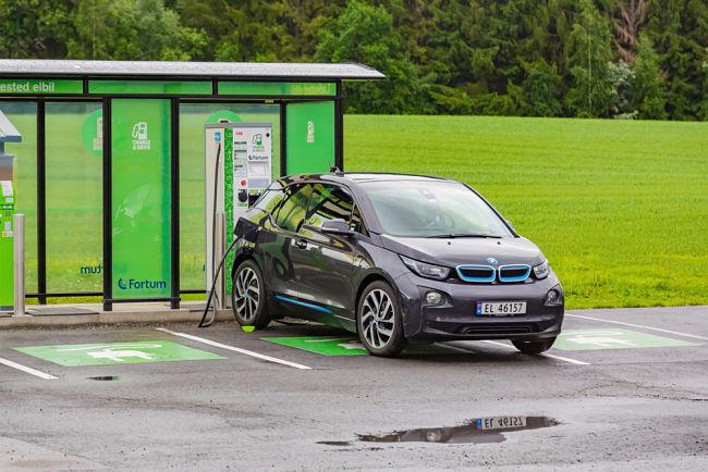 Elektromobil BMW na nabíjecí stanici.