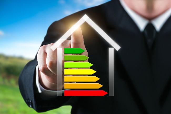 Muž ukazuje graf s energetickou náročností budovy.