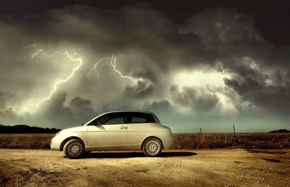 Princip Faradayovy klece vás ochrání před blesky v automobilu