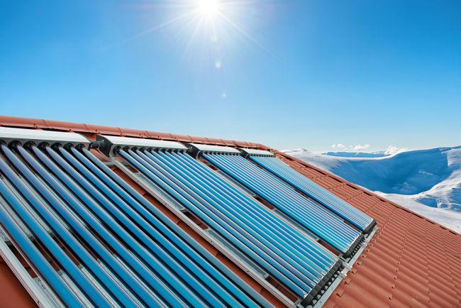 Pro ohřev vody a vytápění se často využívá fototermický systém.