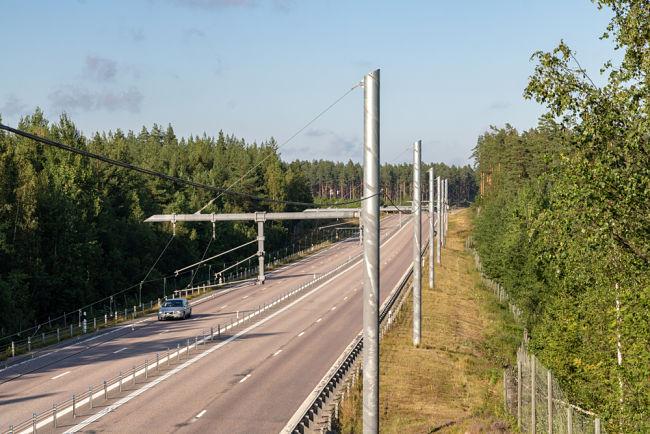 Inovativní silnice, která nabíjí elektromobily ve Švédsku.