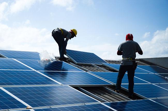 Ideální místo na instalaci jak fotovoltaických, tak fototermických panelů je na střeše domu.