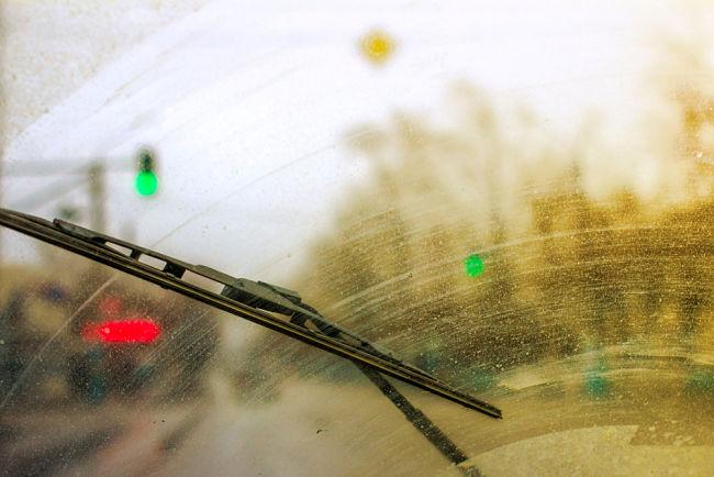 Automobil s uzavřenou plechovou karoserií jako ochrana před bouřkou.